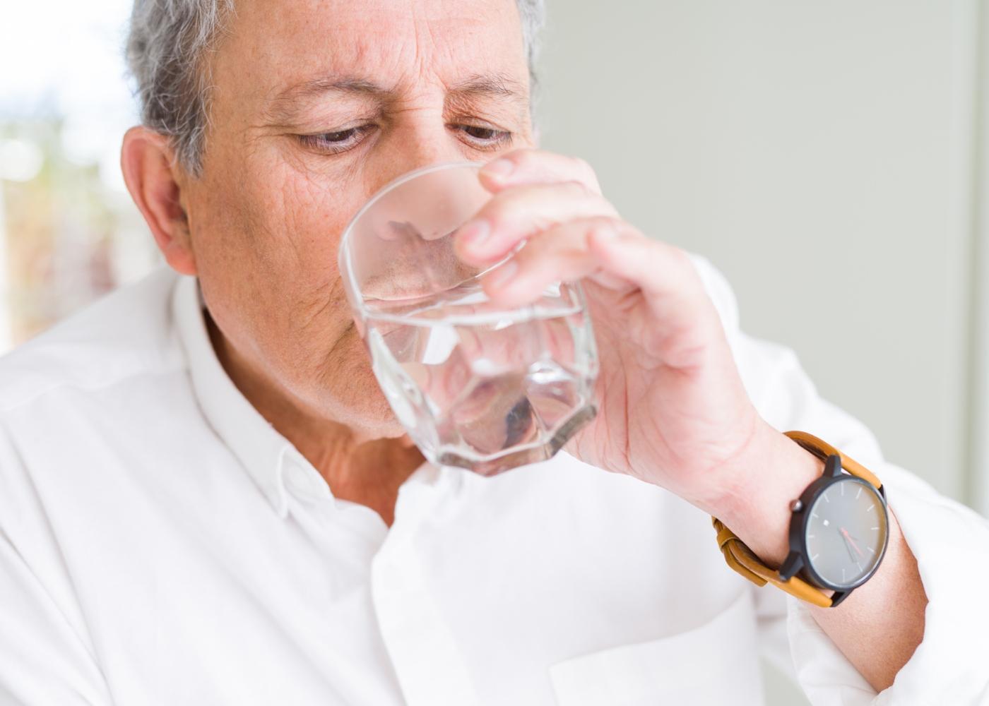 Idoso a beber água