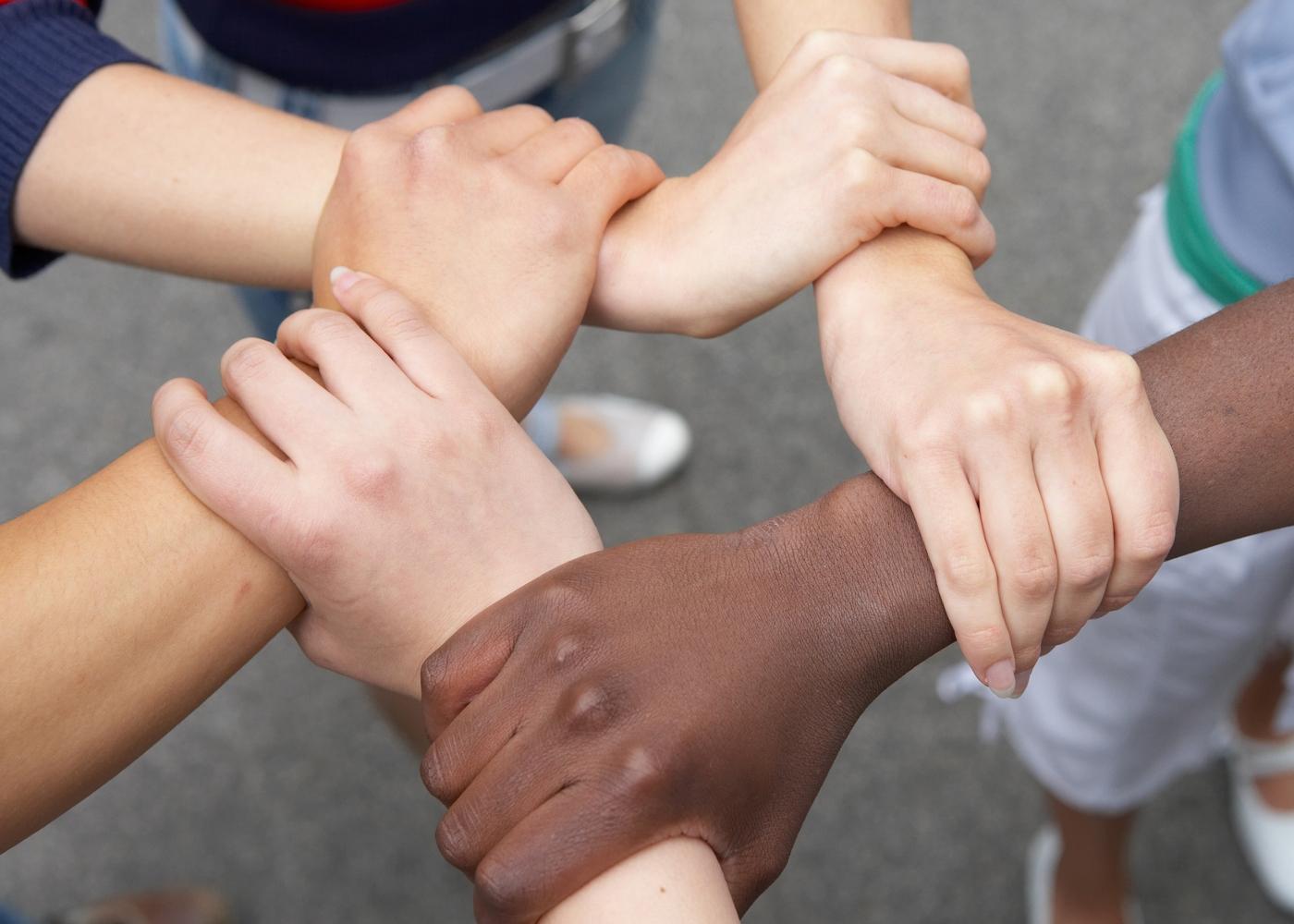 Jovens de mãos dadas