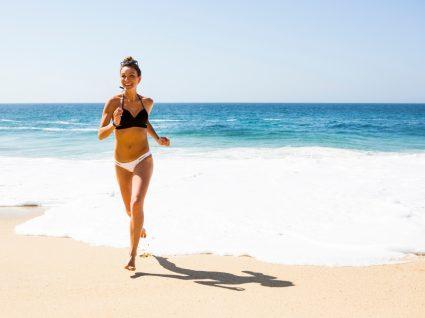 Marcas portuguesas de biquínis: mulher na praia