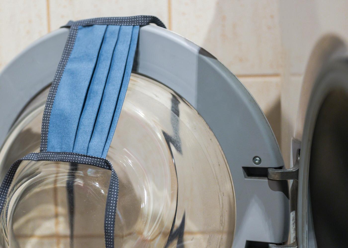Máscara reutilizável na máquina de lavar roupa