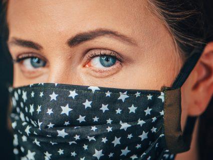 Máscaras com filtro vs máscaras de tecido: mulher com máscara de tecido