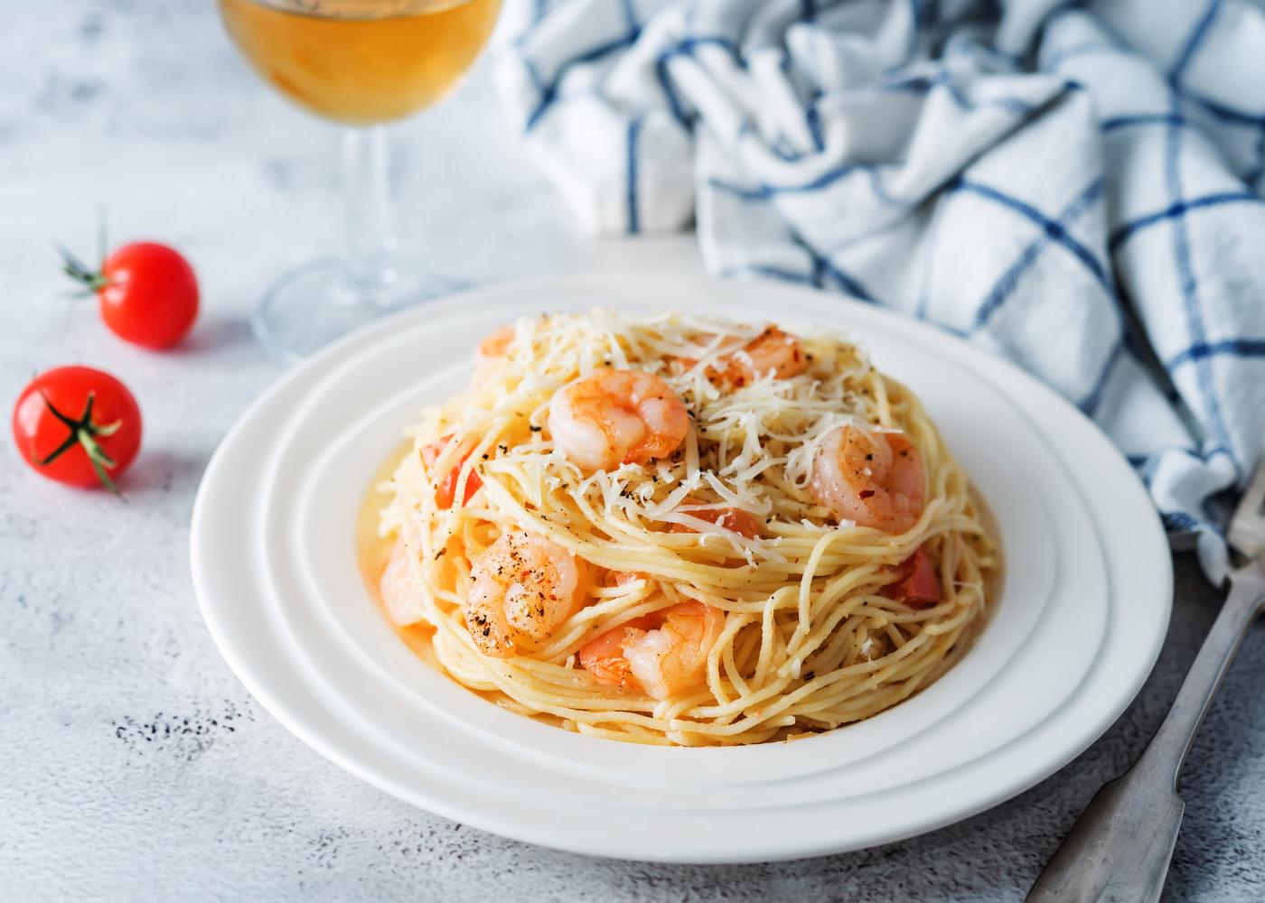 prato de massa com camarão e peixe