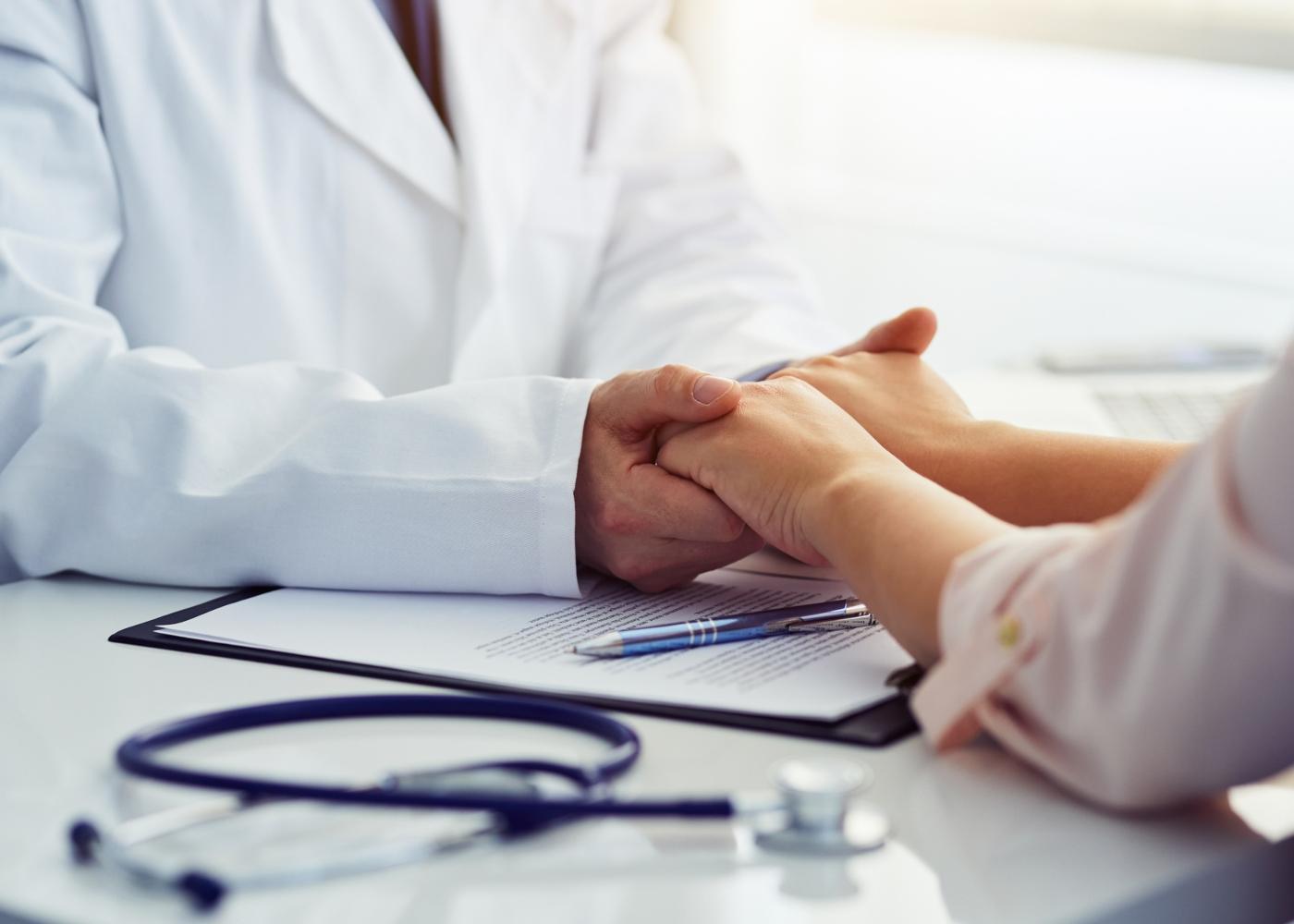 Médico a dar suporte emocional a paciente