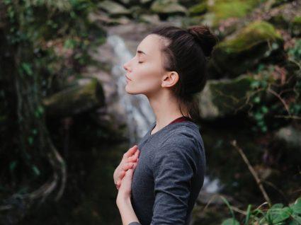 Meditação não funciona para todos: mulher a meditar numa floresta