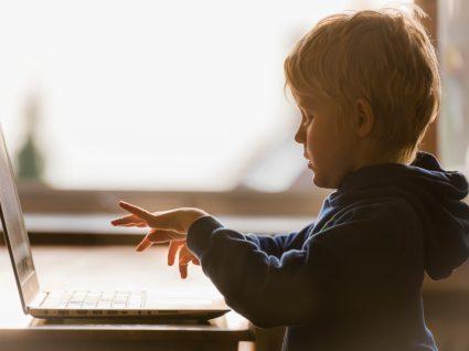 criança no computador no jogo sobre a covid-19