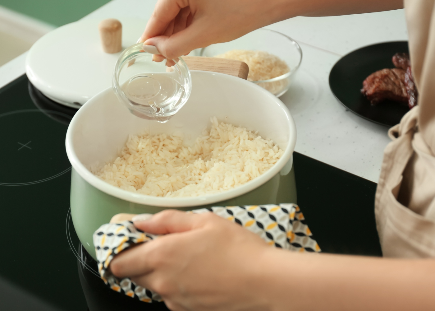 Mulher a colocar água no arroz