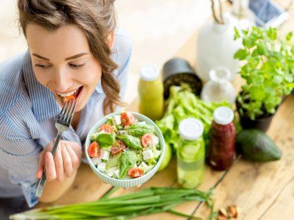 Mulher a comer salada para perder peso