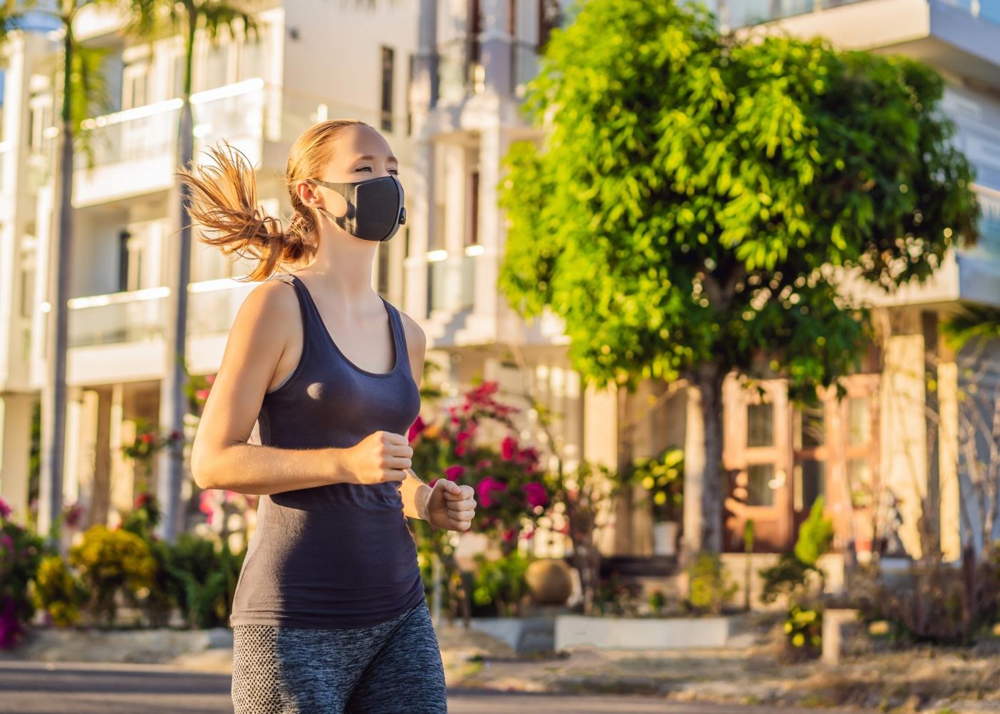 Mulher a correr ao ar livre com máscara