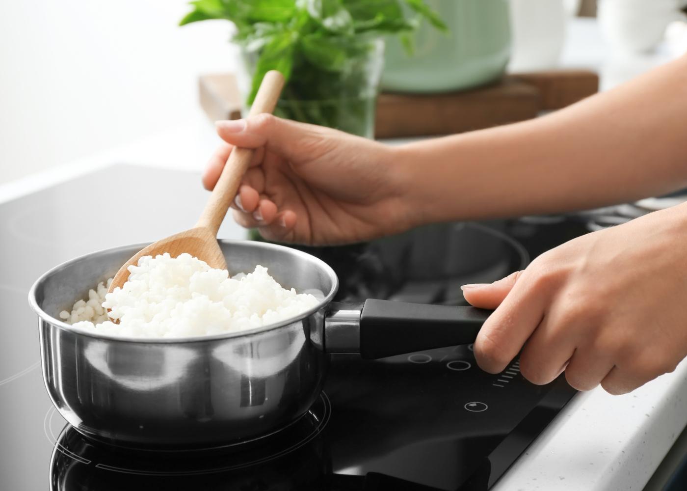 Mulher a mexer arroz
