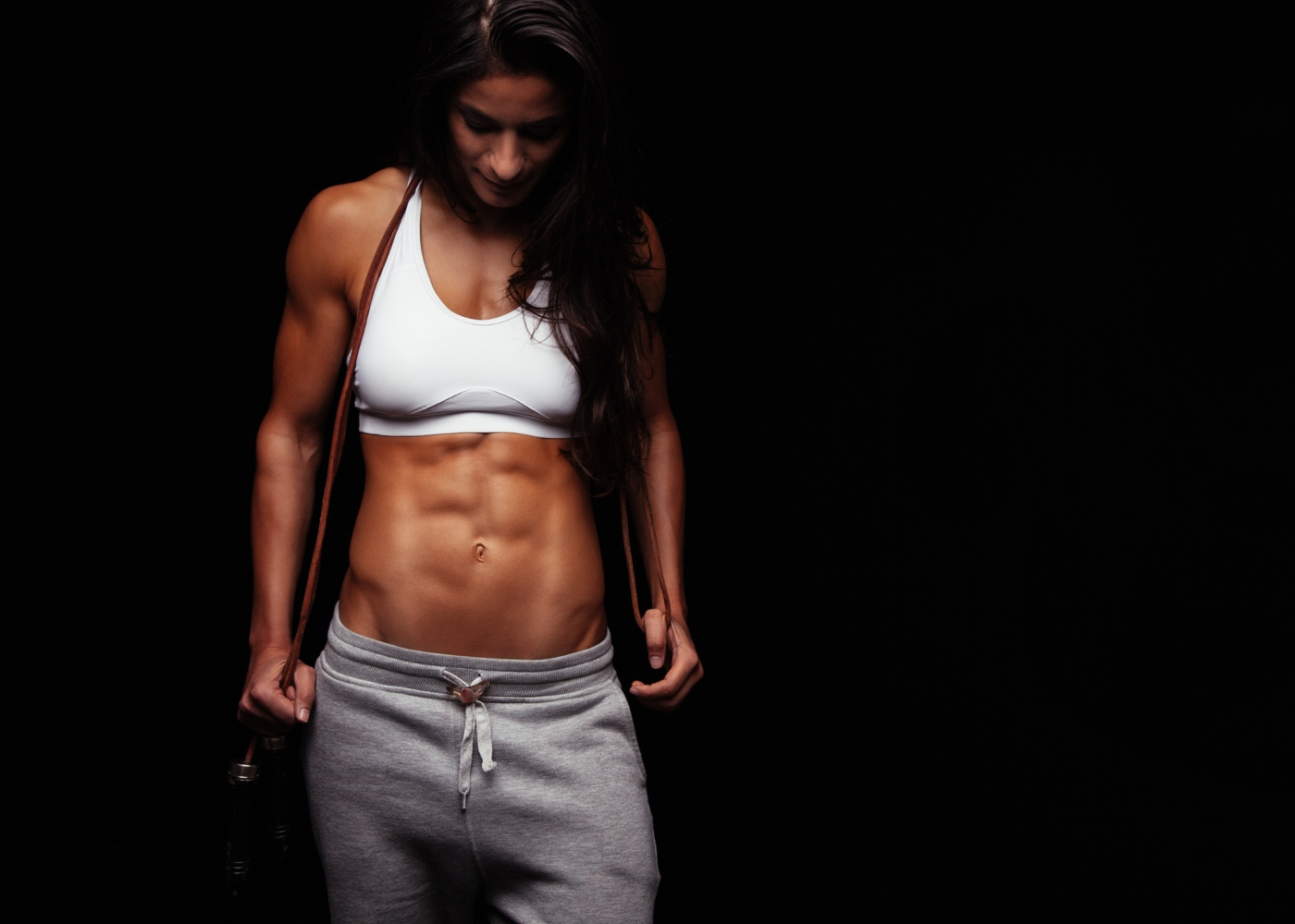 Mulher de porte atlético a preparar-se para treinar