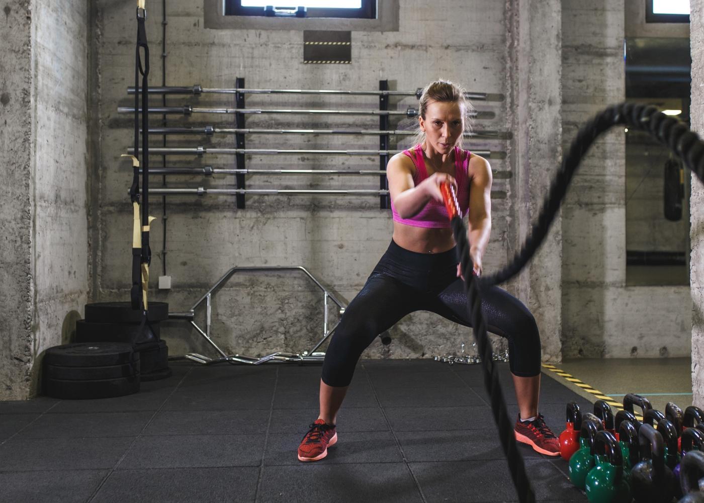 Mulher a fazer treino de força no ginásio