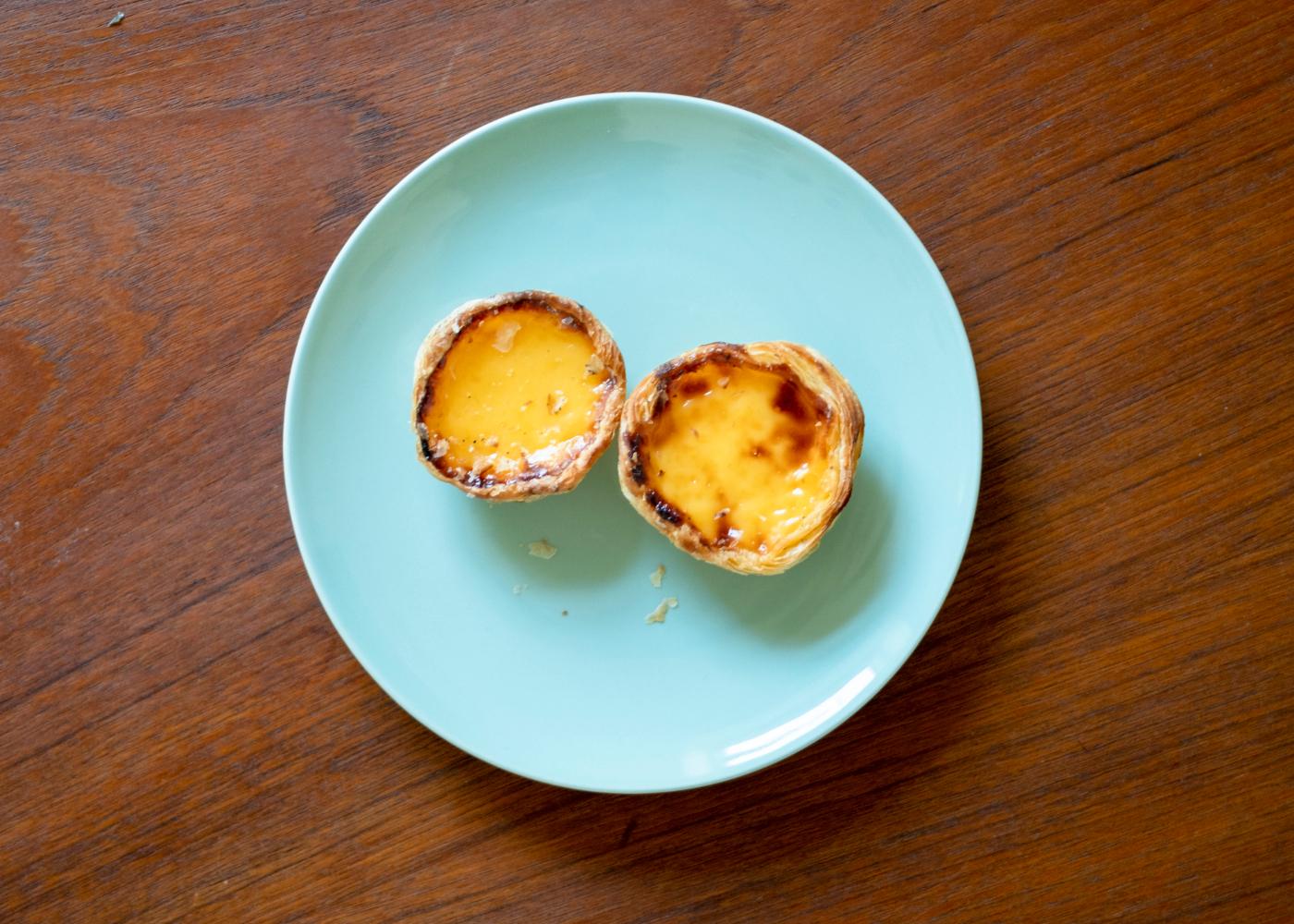 pastéis de nata de baunilha num prato azul