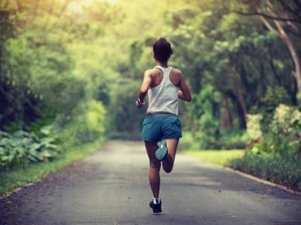 Plano de treino de corrida: mulher a correr no parque