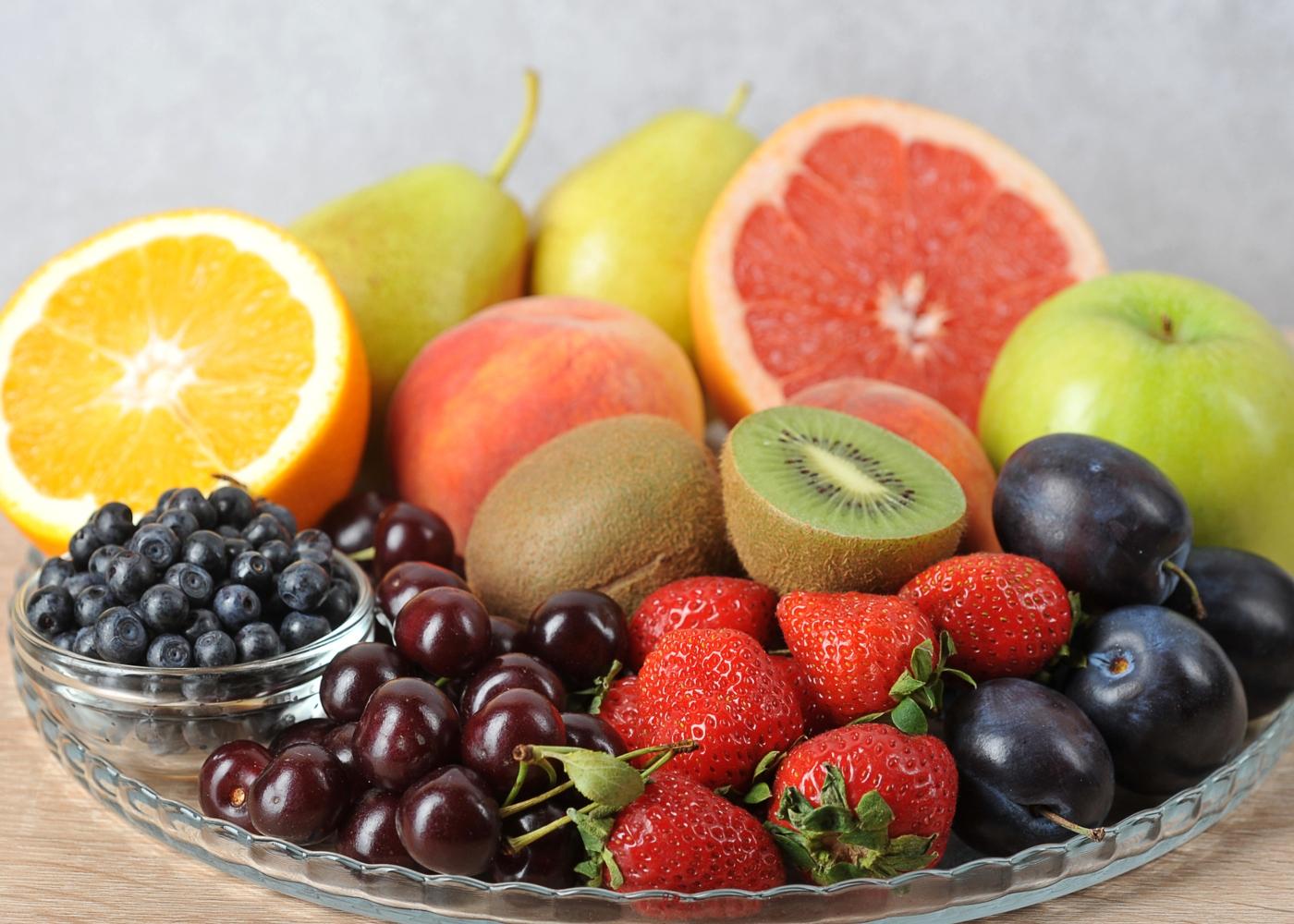 Prato com fruta em cima de mesa