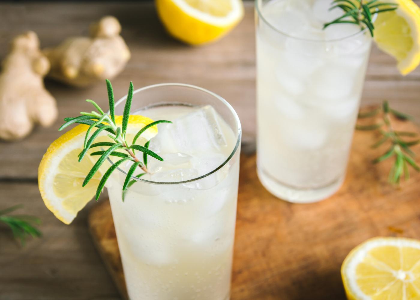 dois copos de refresco de limão e gengibre