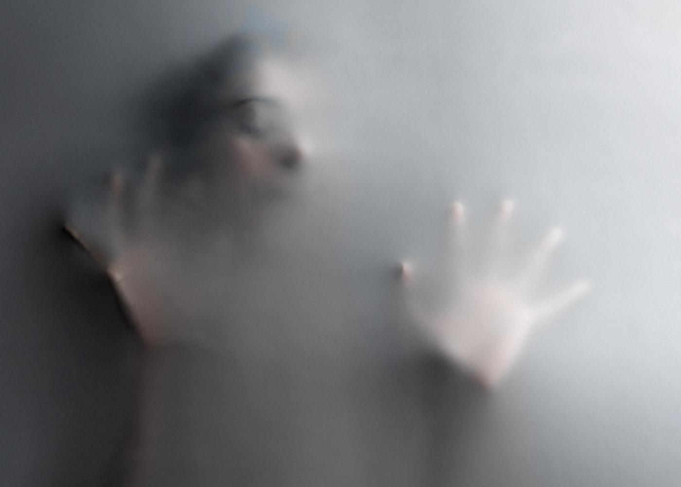 Representação de medo e fobias: mulher presa no interior de um tecido elástico