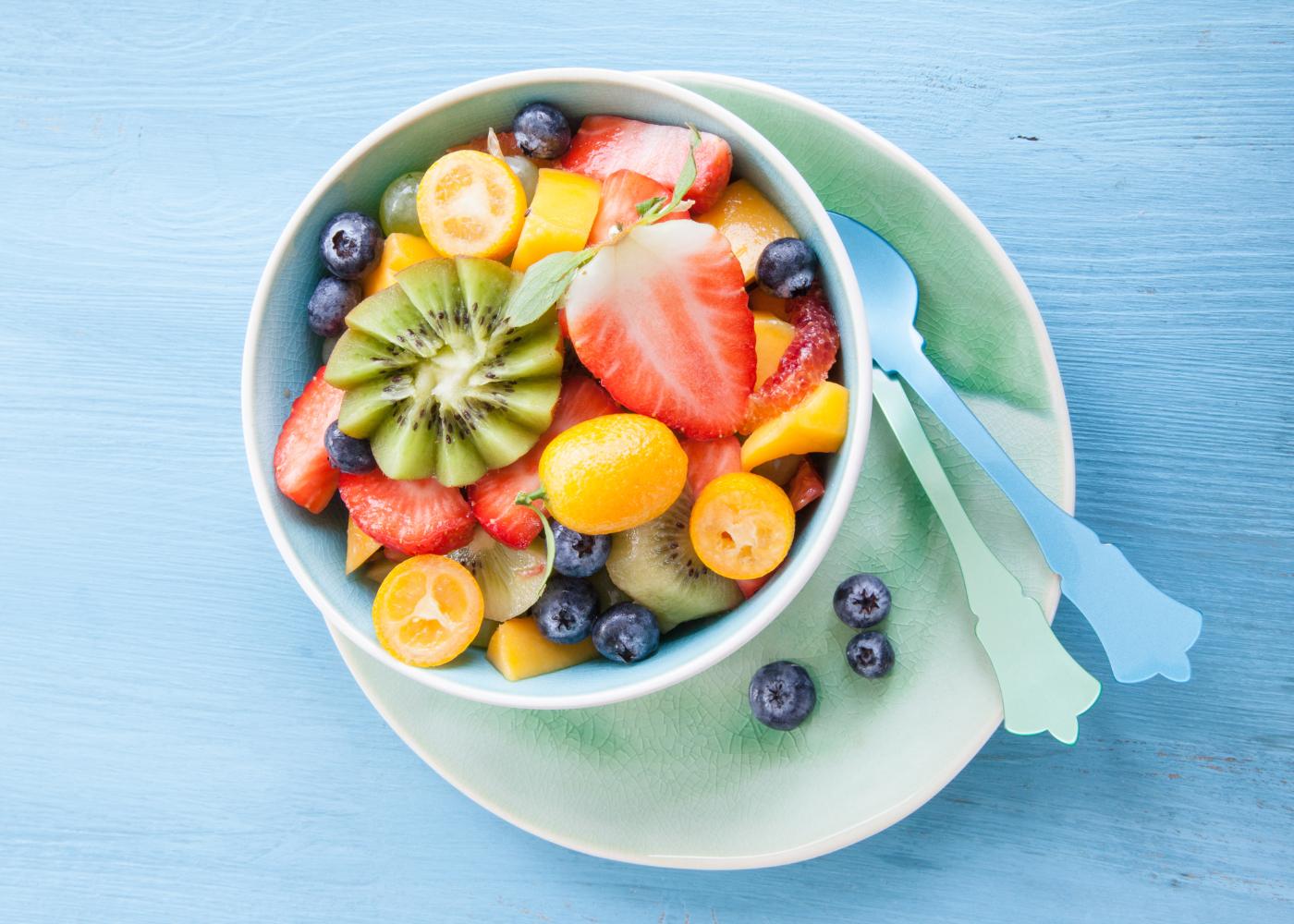 pote de salada de frutas frescas