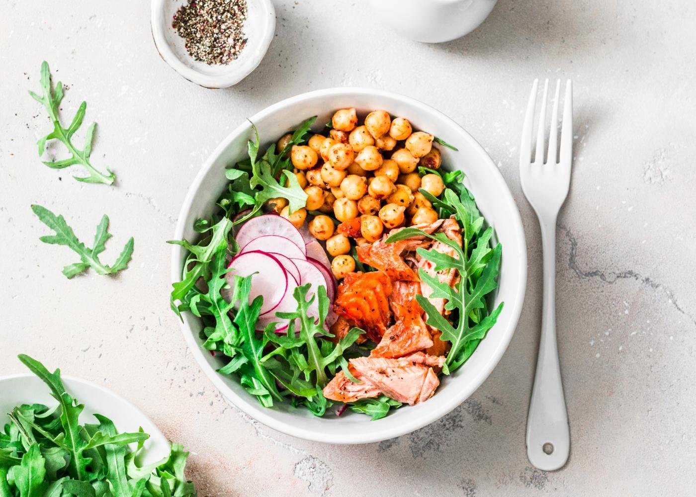Salada de grão, salmão e bacalhau fumados