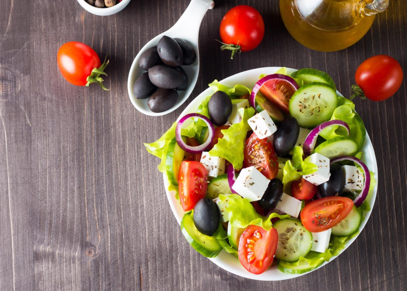 Salada grega com sardinhas