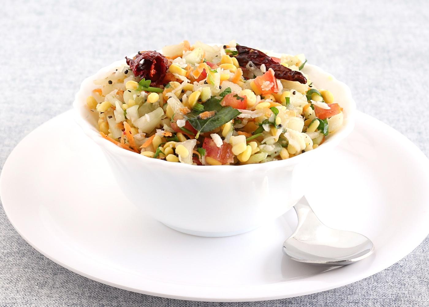 Salada kosambari servida numa taça