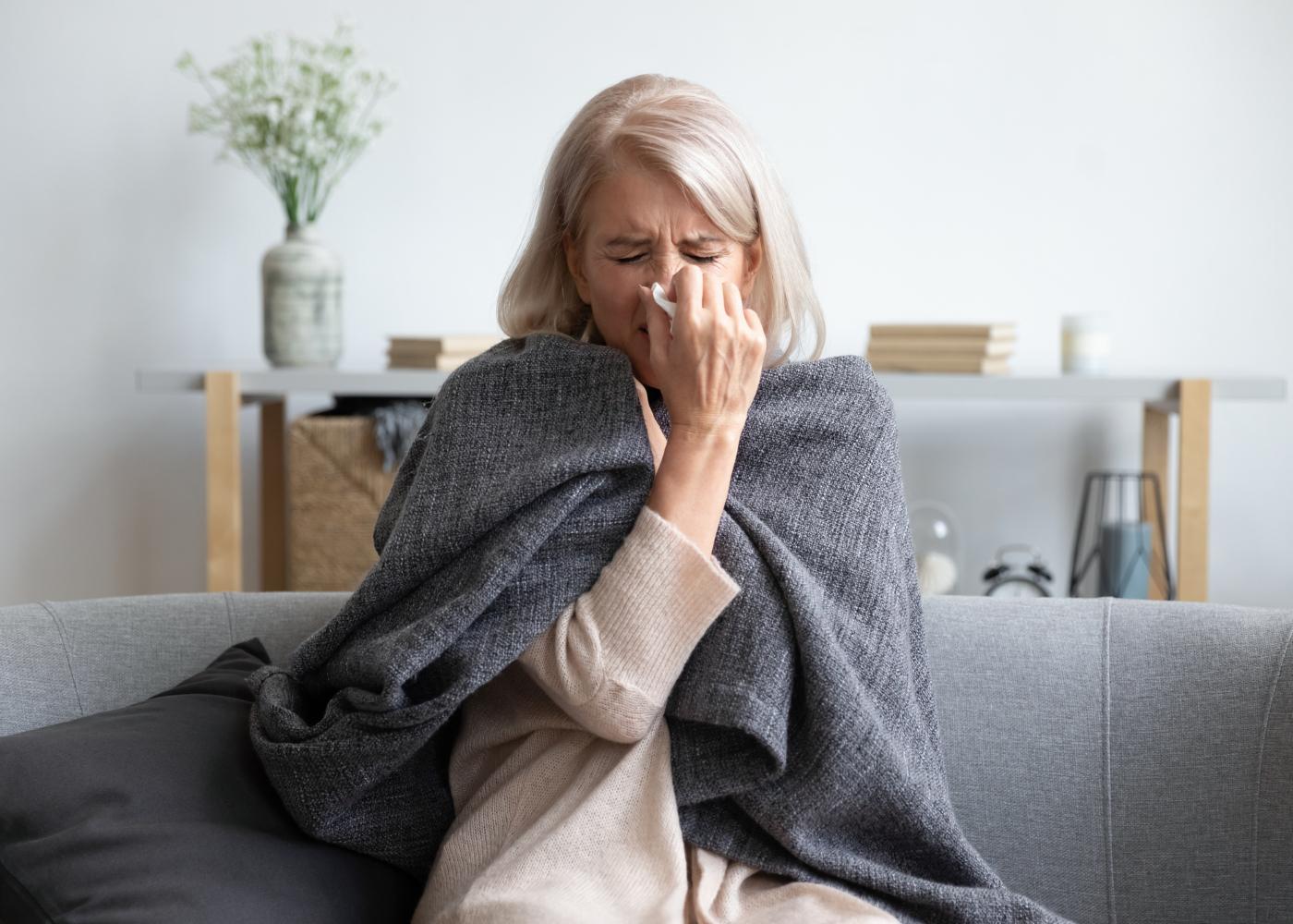 senhora com gripe