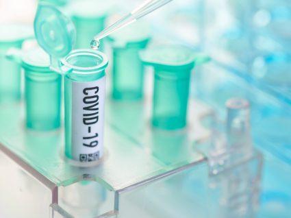 estudos em laboratório sobre os sintomas mais conhecidos da covid-19