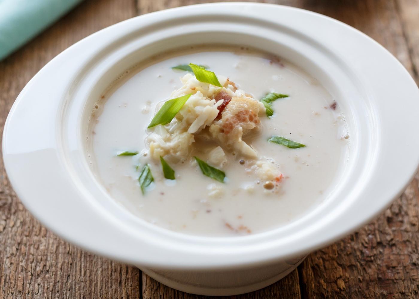 Sopa de peixe com arroz servida numa taça