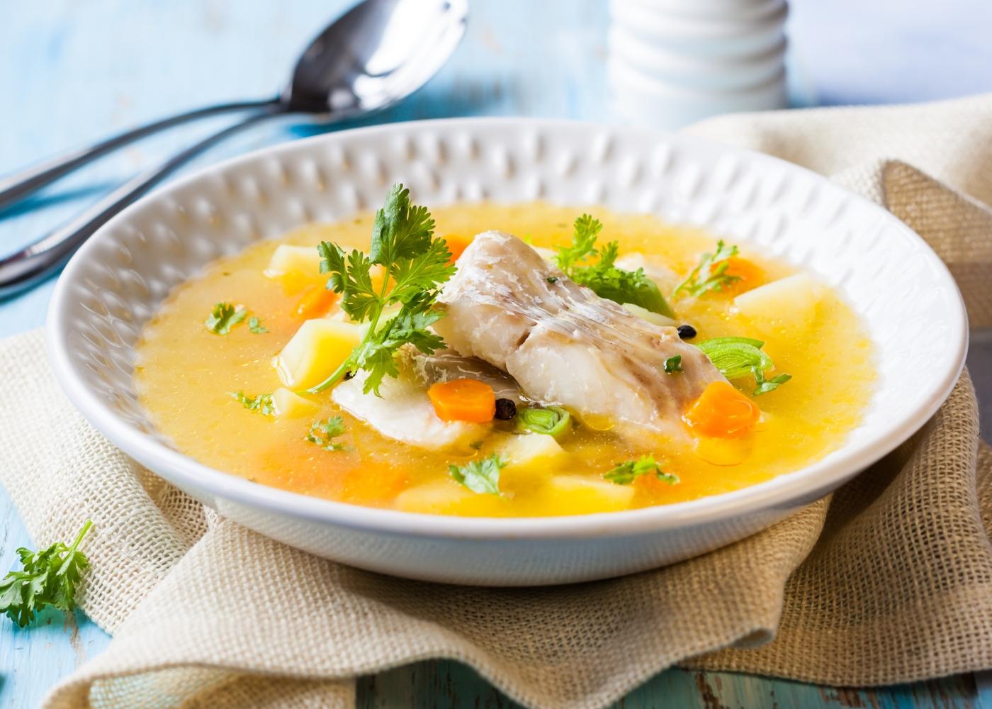 Sopa de peixe económica servida num prato de sopa largo