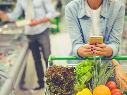 Tabela da composição de alimentos: casal a fazer compras de supermercado