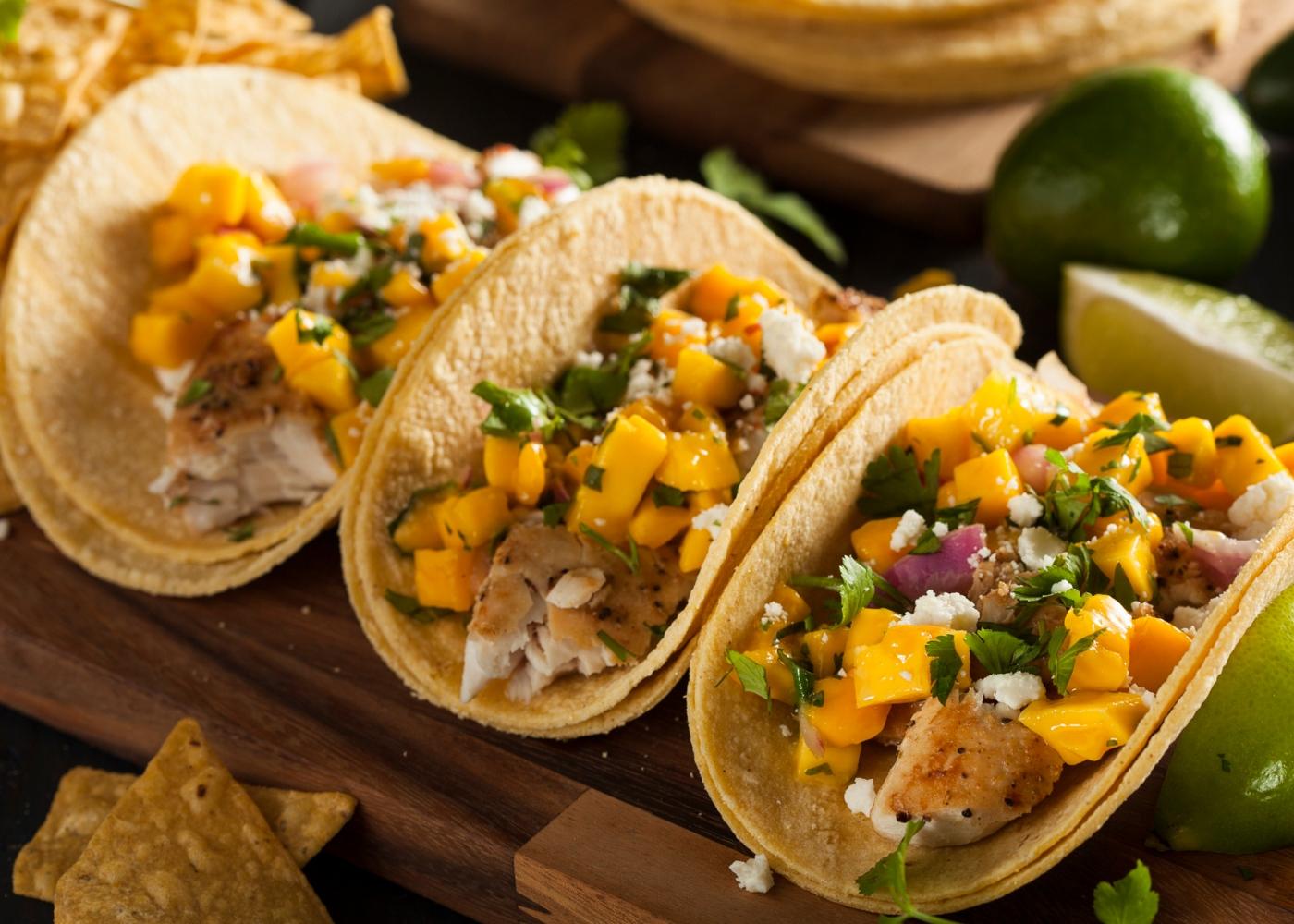 Tacos de peixe com manga e abacaxi
