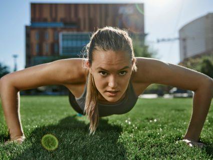 Mulher a fazer treino funcional ao ar livre