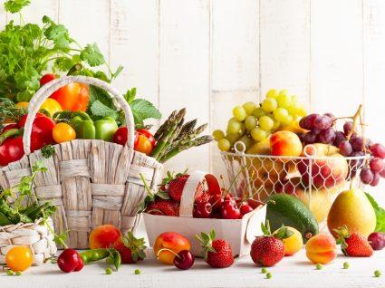Fruta junta amadurece mais rápido: variedade de frutas e legumes em cima de mesa