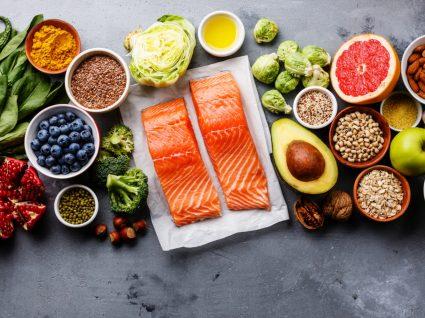 Webinar da Ordem dos Nutricionistas: variedade de alimentos em cima de uma mesa