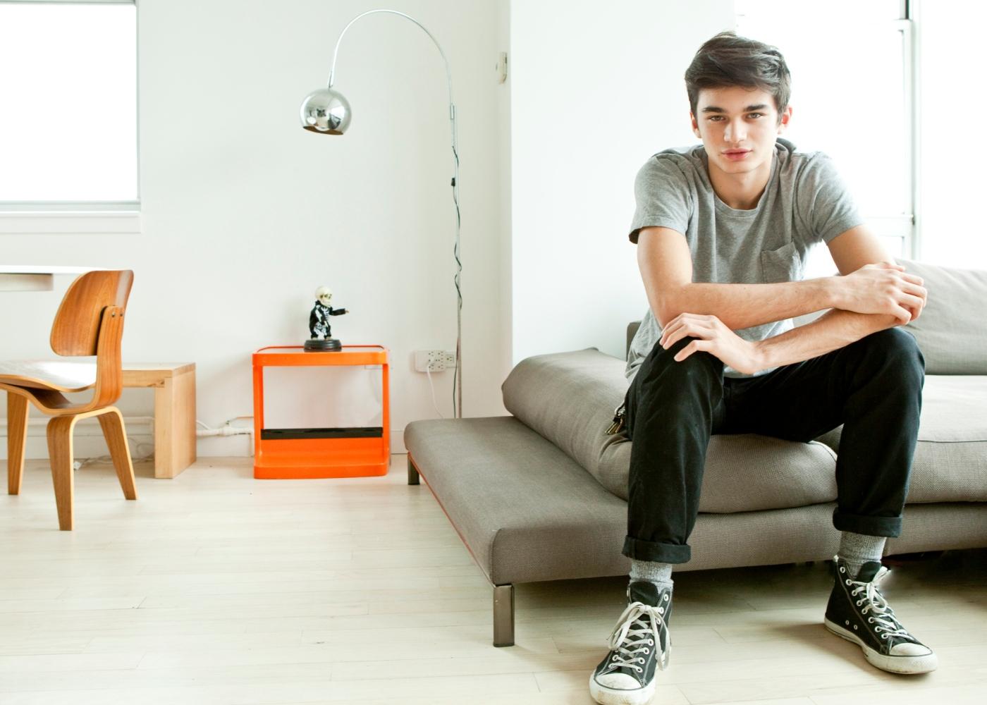 Adolescente a relaxar no sofá