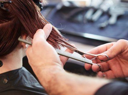 Risco de contrair Covid-19: mulher no cabeleireiro