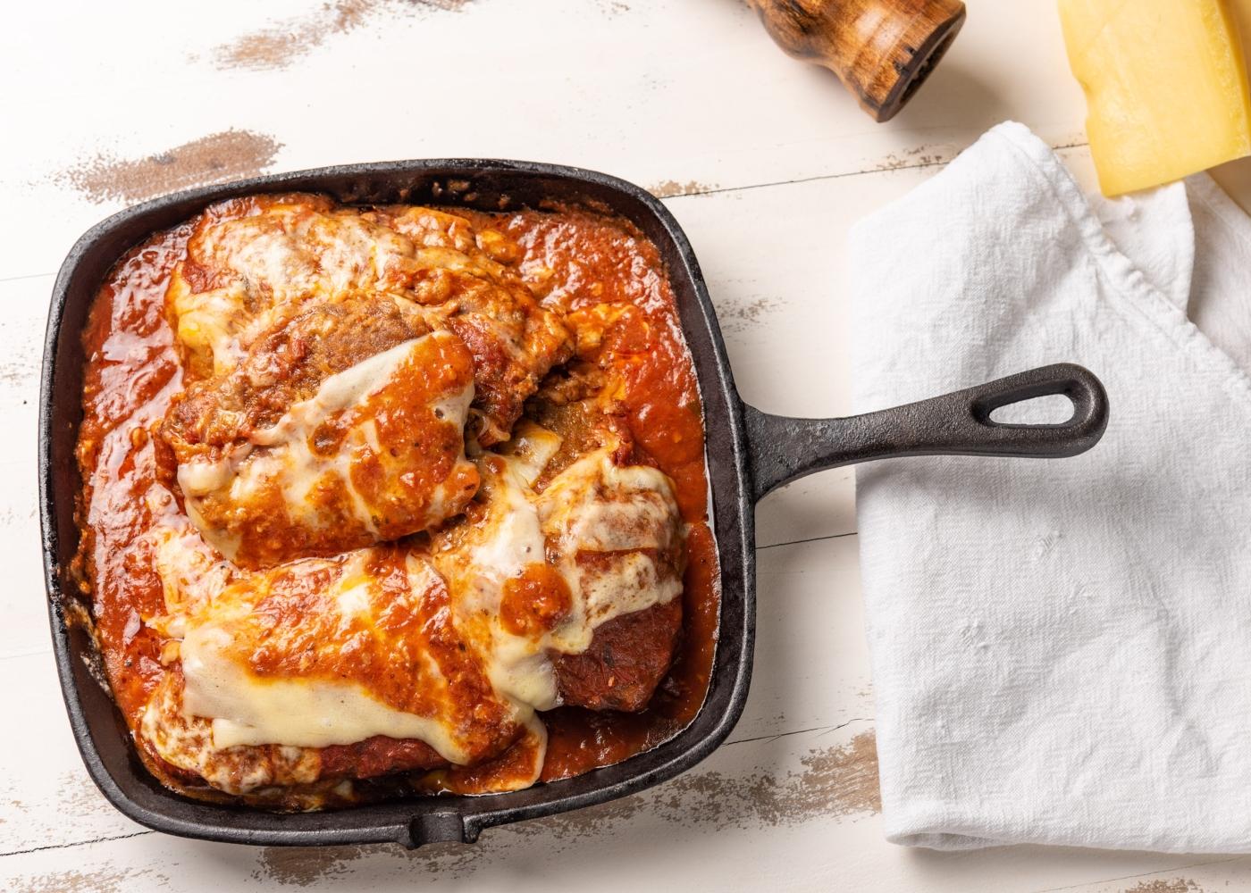 bife com queijo e molho de tomate