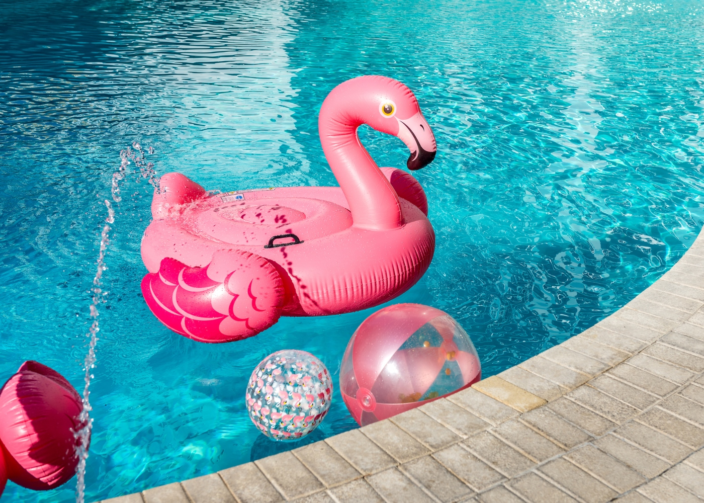Bóia e bolas na piscina