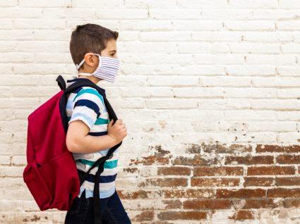 Calendário escolar 2020/2021: estudante com máscara a ir para a escola
