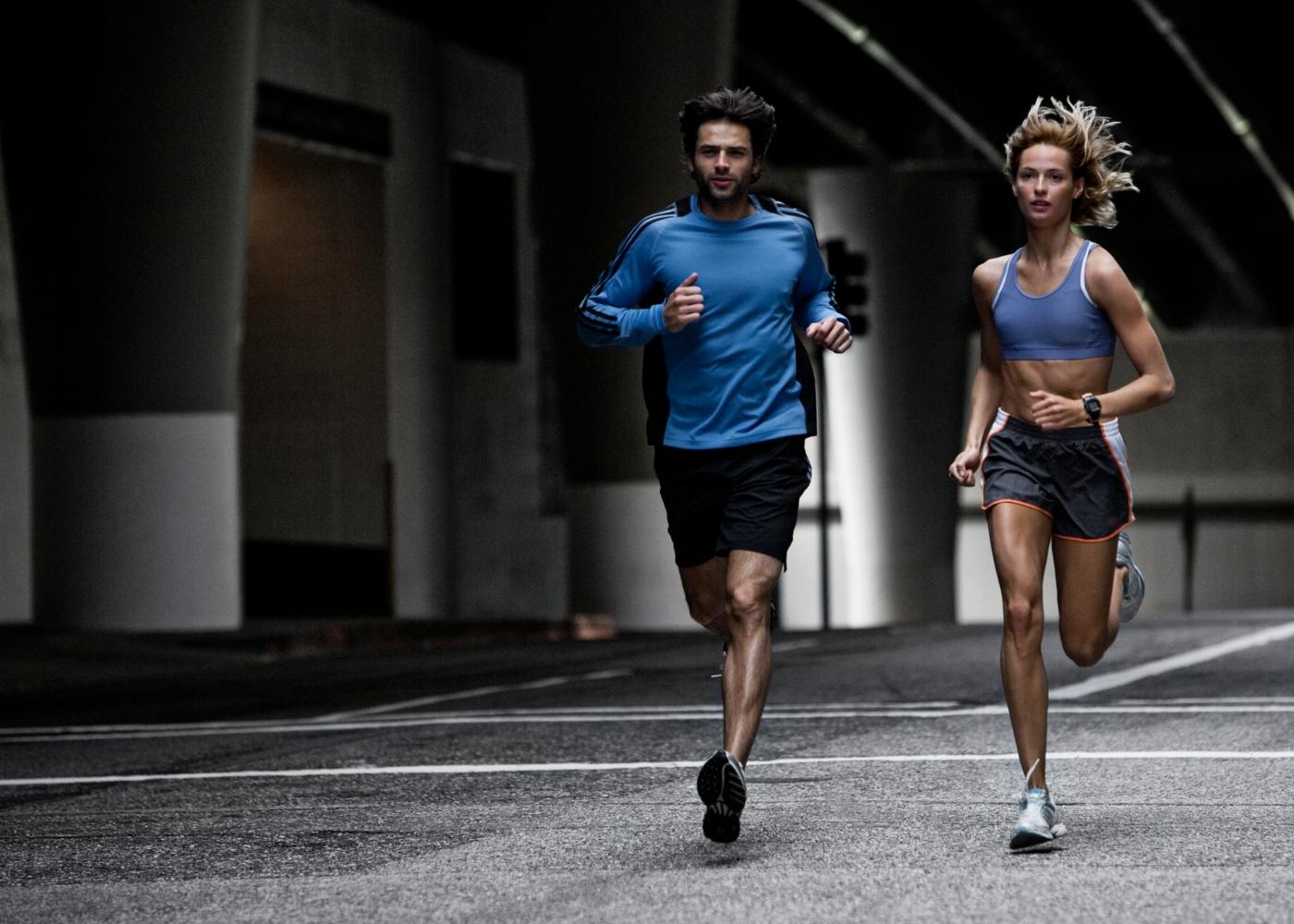Casal a correr na cidade