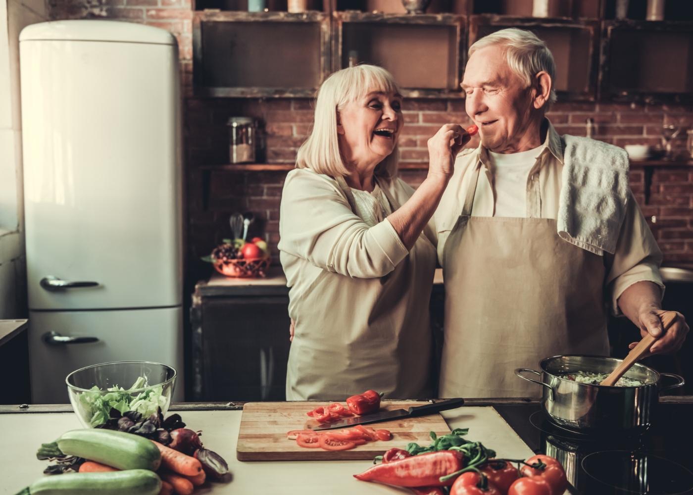 Casal de idosos a cozinhar