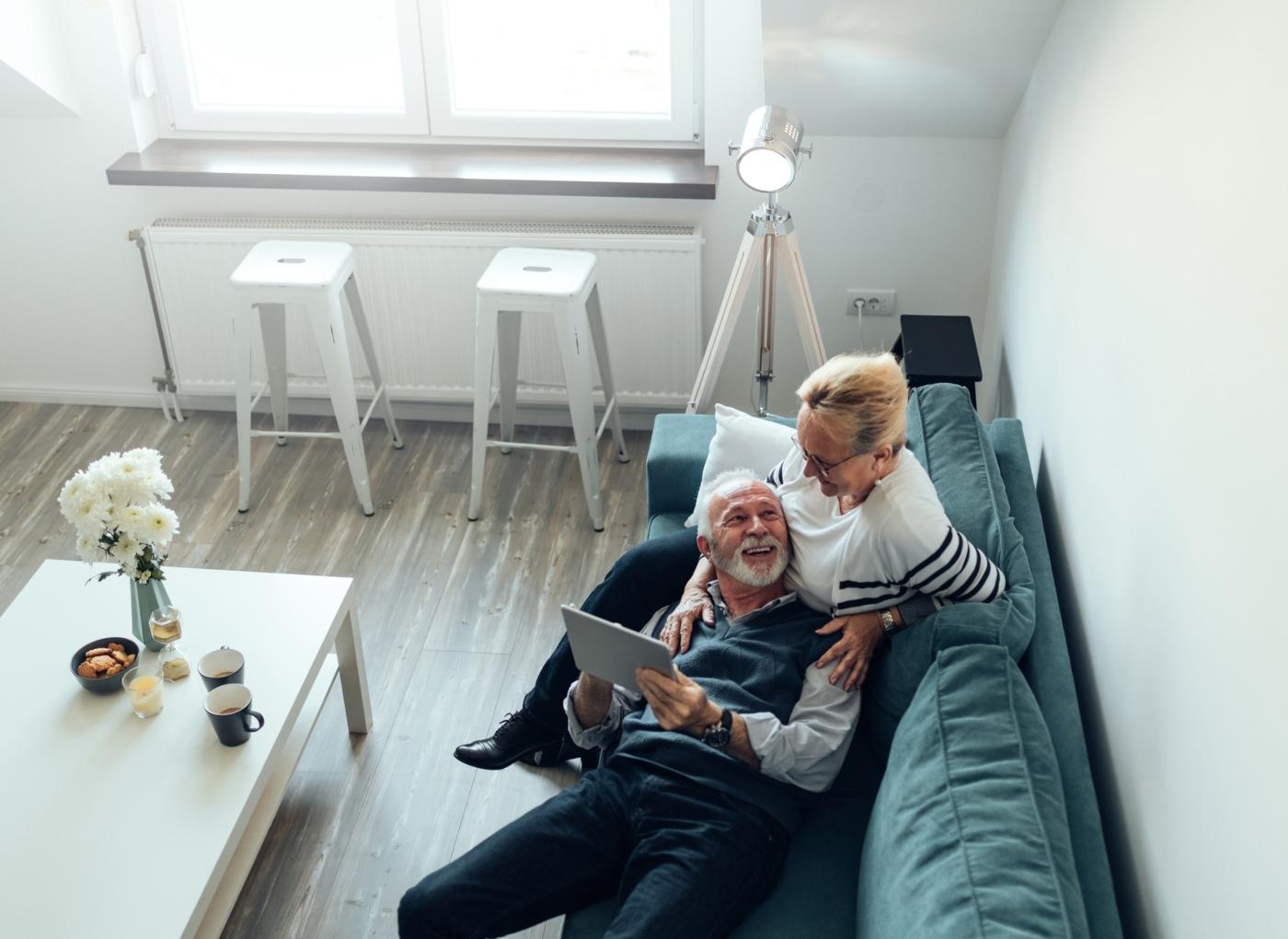 Casal de idosos sentado no sofá