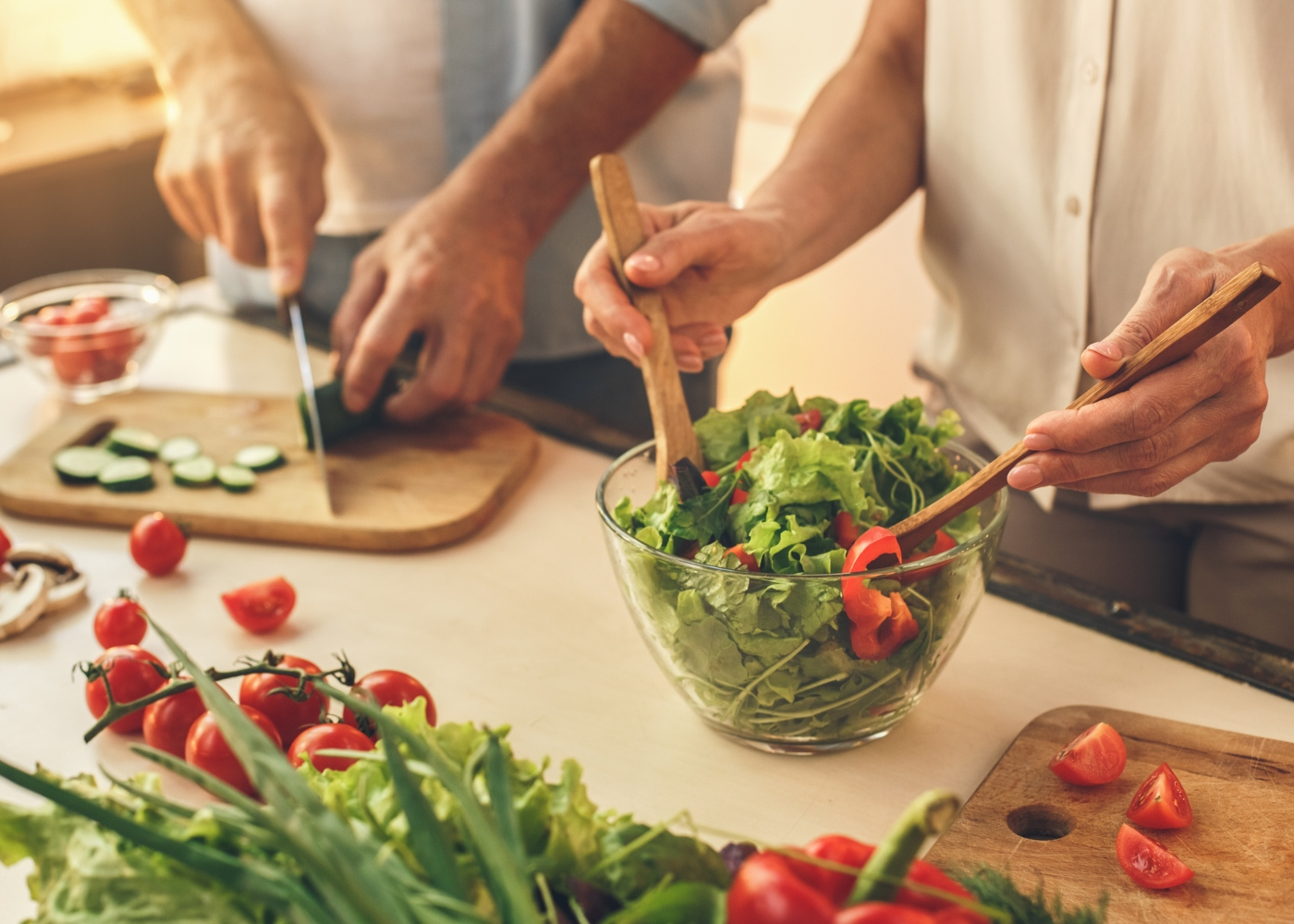 Casal a preparar uma salada para o jantar