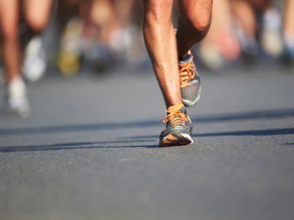 Homem a correr 5 km/10 km em prova coletiva