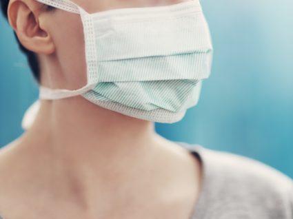 COVID-19 e doenças oncológicas: mulher com máscara