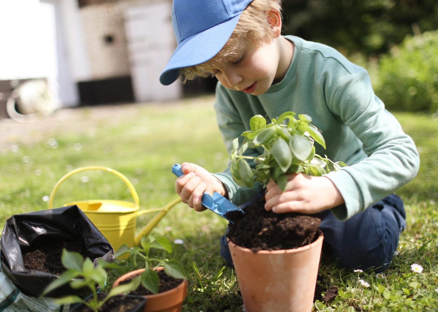 Criança a fazer jardinagem