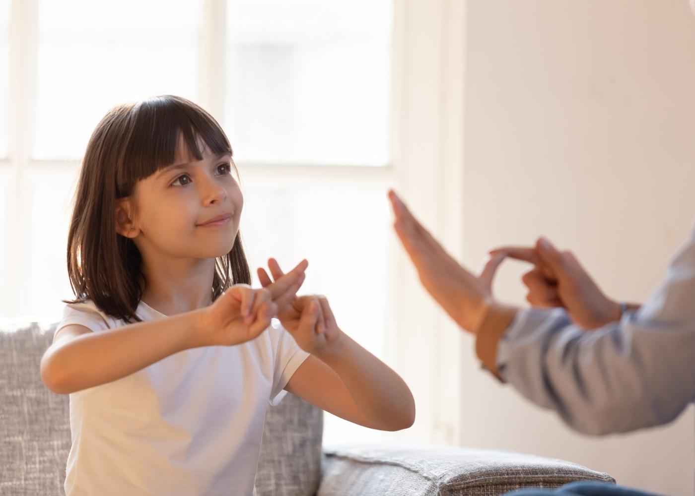 Criança a comunicar com terapeuta através de linguagem gestual