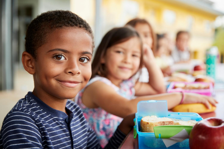 Crianças a almoçar na escola