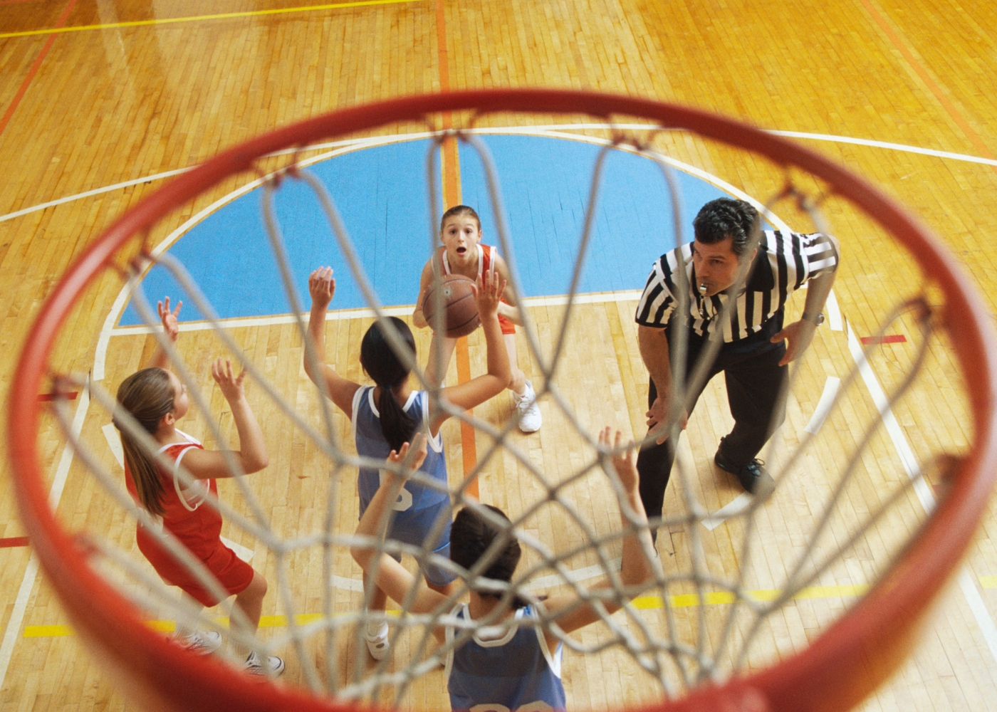 Crianças a jogar basquetebol