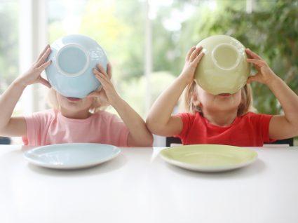 Crianças em risco de desnutrição: duas crianças a comer a sopa