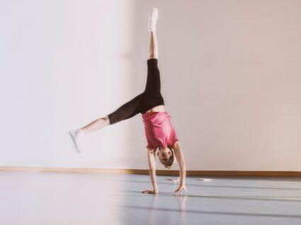 Desporto mais indicado para crianças: menina na ginástica